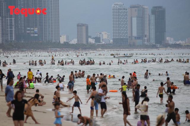 Biển Đà Nẵng đông người dịp lễ 30/4 và 1/5 - Ảnh 2.
