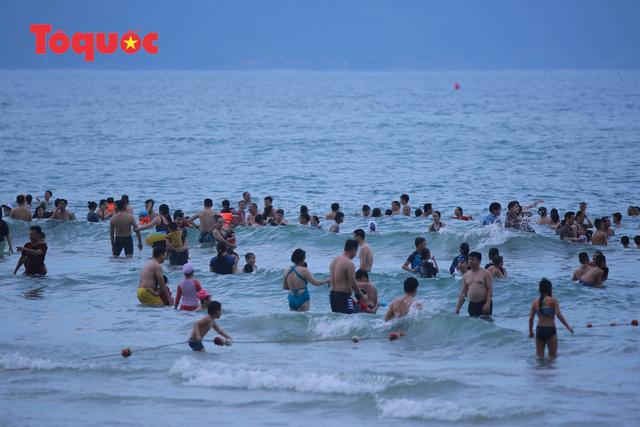 Biển Đà Nẵng đông người dịp lễ 30/4 và 1/5 - Ảnh 7.