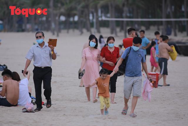 Biển Đà Nẵng đông người dịp lễ 30/4 và 1/5 - Ảnh 8.