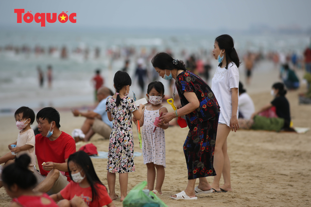 Biển Đà Nẵng đông người dịp lễ 30/4 và 1/5 - Ảnh 10.