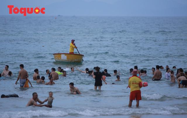 Biển Đà Nẵng đông người dịp lễ 30/4 và 1/5 - Ảnh 11.
