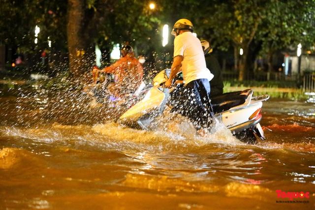 Hà Nội mưa như trút nước, nhiều tuyến phố nội đô bị ngập sâu trong biển nước - Ảnh 12.