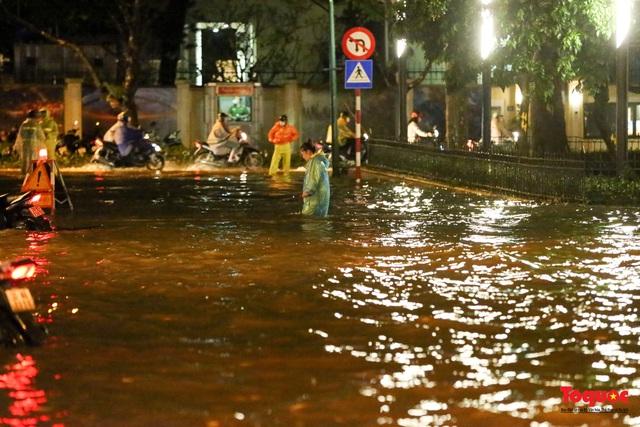 Hà Nội mưa như trút nước, nhiều tuyến phố nội đô bị ngập sâu trong biển nước - Ảnh 14.