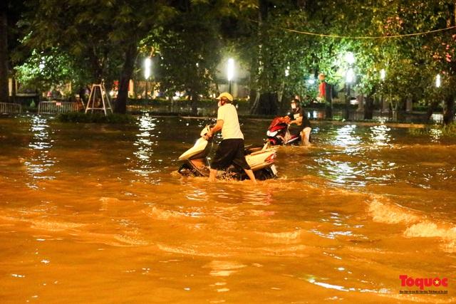 Hà Nội mưa như trút nước, nhiều tuyến phố nội đô bị ngập sâu trong biển nước - Ảnh 13.