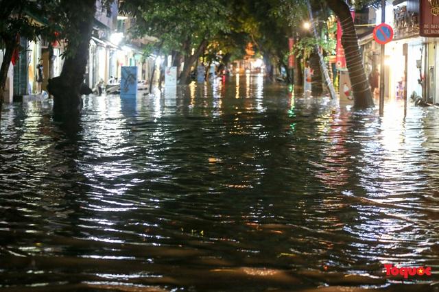 Hà Nội mưa như trút nước, nhiều tuyến phố nội đô bị ngập sâu trong biển nước - Ảnh 7.