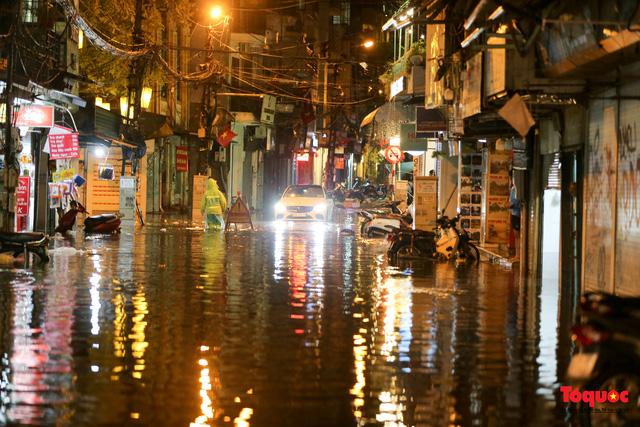Hà Nội mưa như trút nước, nhiều tuyến phố nội đô bị ngập sâu trong biển nước - Ảnh 3.