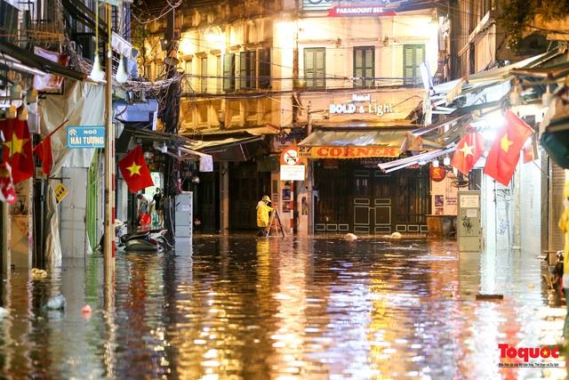 Hà Nội mưa như trút nước, nhiều tuyến phố nội đô bị ngập sâu trong biển nước - Ảnh 2.