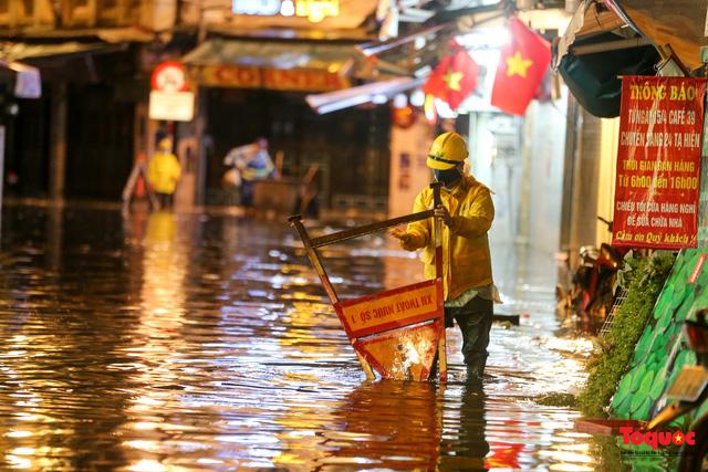 Hà Nội mưa như trút nước, nhiều tuyến phố nội đô bị ngập sâu trong biển nước - Ảnh 5.
