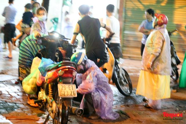 Hà Nội mưa như trút nước, nhiều tuyến phố nội đô bị ngập sâu trong biển nước - Ảnh 15.