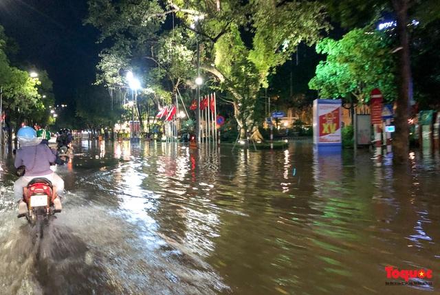 Hà Nội mưa như trút nước, nhiều tuyến phố nội đô bị ngập sâu trong biển nước - Ảnh 9.