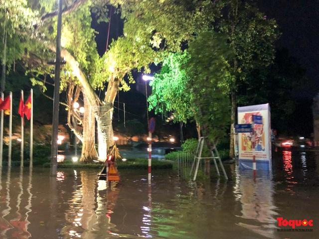 Hà Nội mưa như trút nước, nhiều tuyến phố nội đô bị ngập sâu trong biển nước - Ảnh 8.