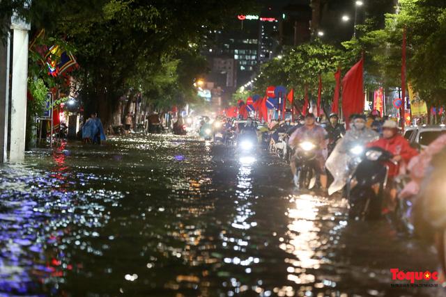 Hà Nội mưa như trút nước, nhiều tuyến phố nội đô bị ngập sâu trong biển nước - Ảnh 6.