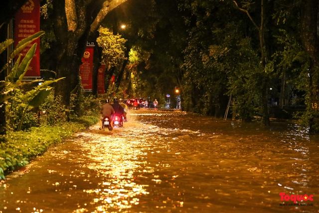 Hà Nội mưa như trút nước, nhiều tuyến phố nội đô bị ngập sâu trong biển nước - Ảnh 11.