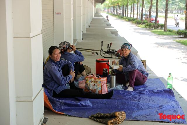 Hà Nội nắng nóng gay gắt trên 35 độ C, Người dân uể oải bịt kín mặt ra đường - Ảnh 7.