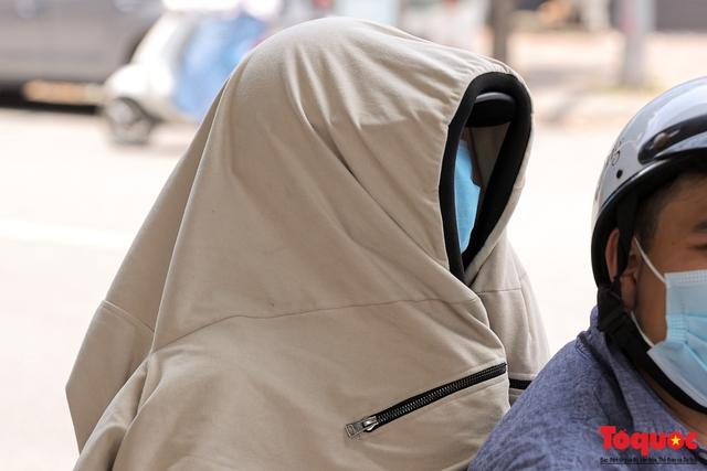 Hà Nội nắng nóng gay gắt trên 35 độ C, Người dân uể oải bịt kín mặt ra đường - Ảnh 4.