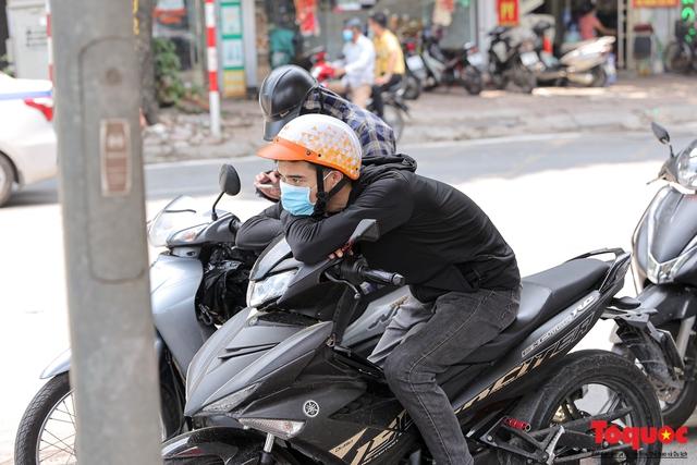 Hà Nội nắng nóng gay gắt trên 35 độ C, Người dân uể oải bịt kín mặt ra đường - Ảnh 6.