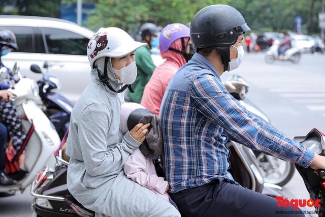 Hà Nội nắng nóng gay gắt trên 35 độ C, Người dân uể oải bịt kín mặt ra đường - Ảnh 5.