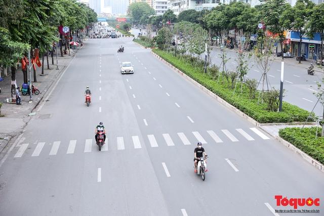 Hà Nội nắng nóng gay gắt trên 35 độ C, Người dân uể oải bịt kín mặt ra đường - Ảnh 2.