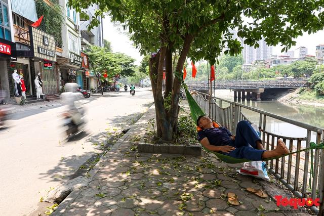 Hà Nội nắng nóng gay gắt trên 35 độ C, Người dân uể oải bịt kín mặt ra đường - Ảnh 8.