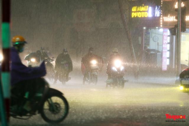 Hà Nội mưa như trút nước, nhiều tuyến phố nội đô bị ngập sâu trong biển nước - Ảnh 1.