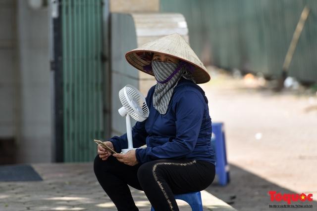 Hà Nội nắng nóng gay gắt trên 35 độ C, Người dân uể oải bịt kín mặt ra đường - Ảnh 9.