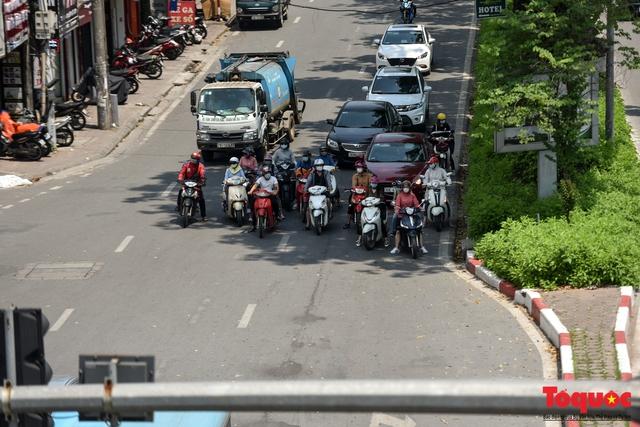 Hà Nội nắng nóng gay gắt trên 35 độ C, Người dân uể oải bịt kín mặt ra đường - Ảnh 10.