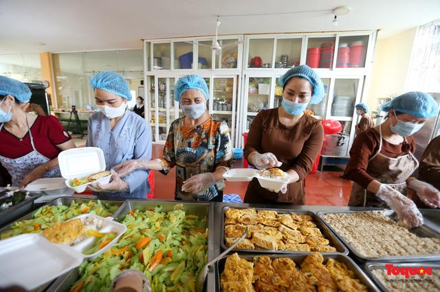 Những suất cơm ấm tình người gửi tặng bệnh nhân Bệnh viện K đang bị cách ly - Ảnh 12.
