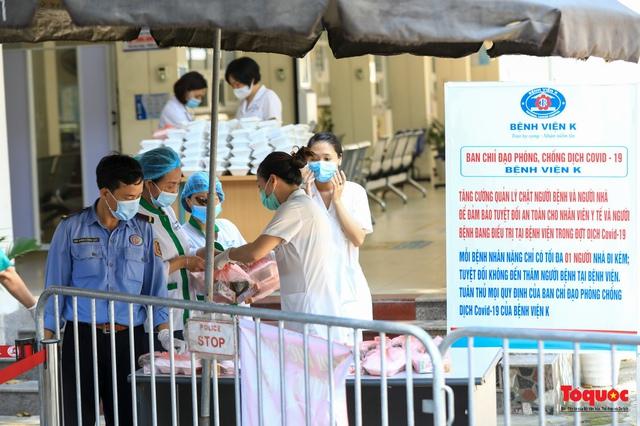 Những suất cơm ấm tình người gửi tặng bệnh nhân Bệnh viện K đang bị cách ly - Ảnh 19.