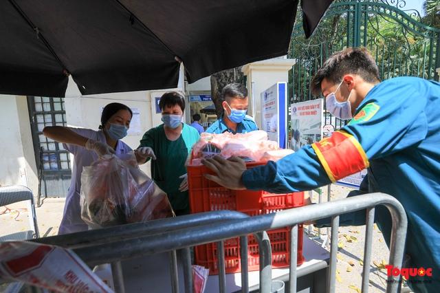 Những suất cơm ấm tình người gửi tặng bệnh nhân Bệnh viện K đang bị cách ly - Ảnh 17.