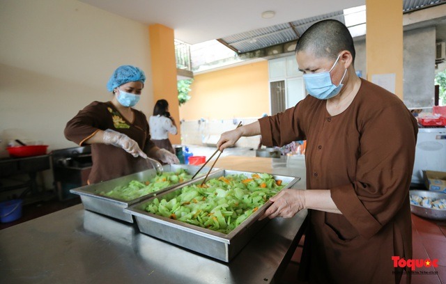 Những suất cơm ấm tình người gửi tặng bệnh nhân Bệnh viện K đang bị cách ly - Ảnh 9.