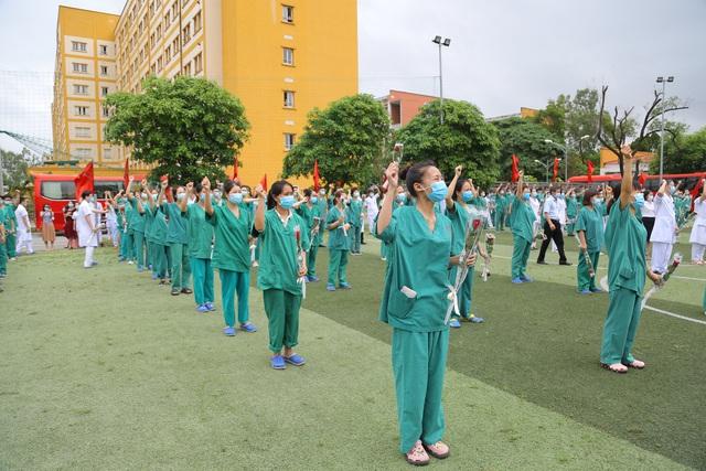 """200 cán bộ, y bác sỹ Quảng Ninh lên đường """"chia lửa"""" cùng Bắc Giang chống dịch Covid-19 - Ảnh 1."""