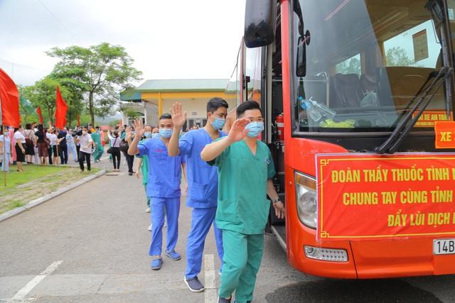 """200 cán bộ, y bác sỹ Quảng Ninh lên đường """"chia lửa"""" cùng Bắc Giang chống dịch Covid-19 - Ảnh 2."""