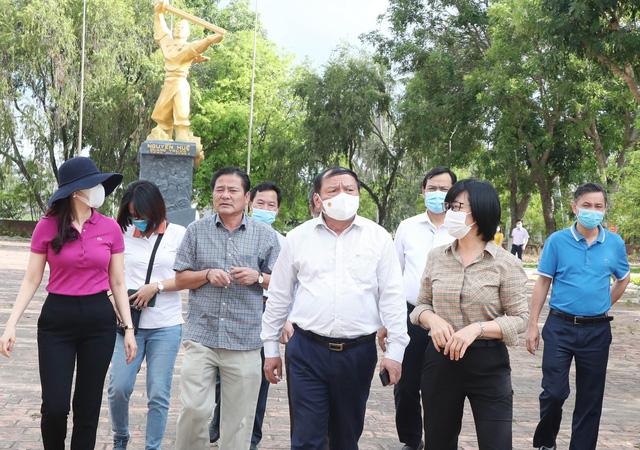 Bộ trưởng Nguyễn Văn Hùng thăm di tích khảo cổ thời đại Đá cũ Rộc Tưng và Khu di tích lịch sử-văn hóa Tây Sơn Thượng (Gia Lai) - Ảnh 4.