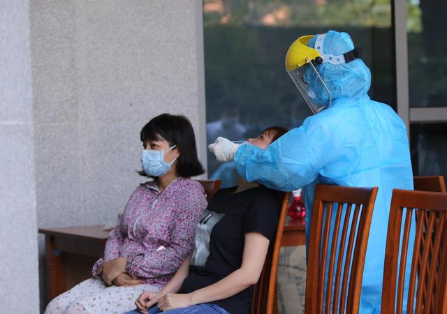 Một bệnh nhân dương tính với SARS-CoV-2 sau 3 lần âm tính - Ảnh 1.