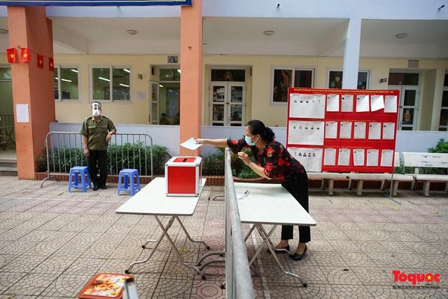 Hà Nội diễn tập ứng phó phòng dịch Covid-19 ở điểm bầu cử - Ảnh 6.