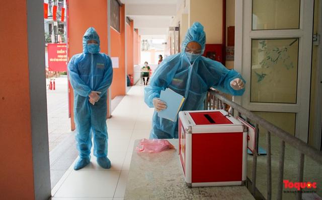 Hà Nội diễn tập ứng phó phòng dịch Covid-19 ở điểm bầu cử - Ảnh 16.