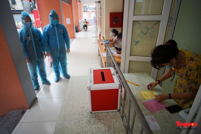 Hà Nội diễn tập ứng phó phòng dịch Covid-19 ở điểm bầu cử - Ảnh 13.