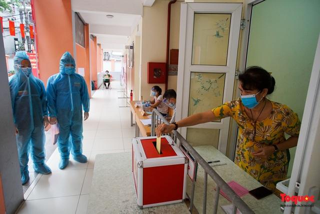 Hà Nội diễn tập ứng phó phòng dịch Covid-19 ở điểm bầu cử - Ảnh 14.
