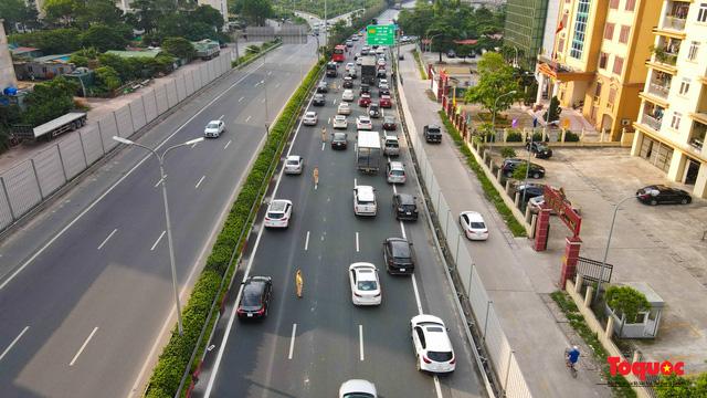"""CSGT Hà Nội lập """"hàng rào sống"""" phân luồng tránh tắc đường ở của ngõ Thủ đô - Ảnh 4."""