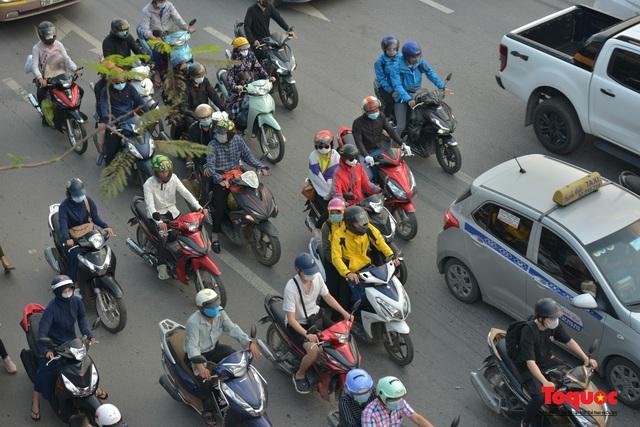 """CSGT Hà Nội lập """"hàng rào sống"""" phân luồng tránh tắc đường ở của ngõ Thủ đô - Ảnh 10."""