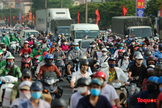 """CSGT Hà Nội lập """"hàng rào sống"""" phân luồng tránh tắc đường ở của ngõ Thủ đô - Ảnh 9."""