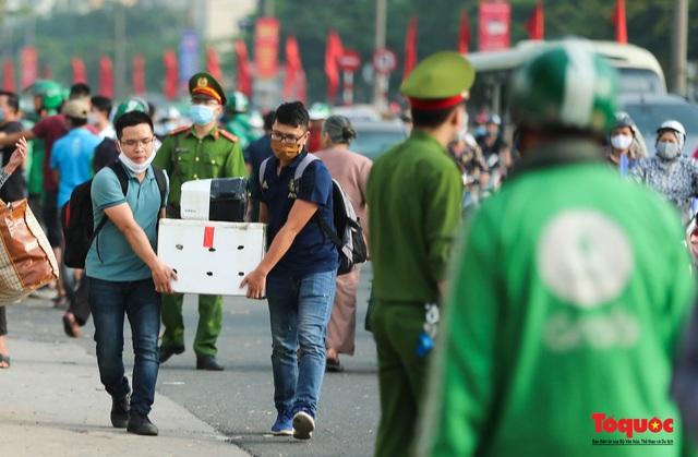 """CSGT Hà Nội lập """"hàng rào sống"""" phân luồng tránh tắc đường ở của ngõ Thủ đô - Ảnh 13."""