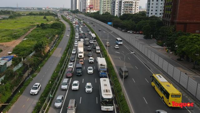 """CSGT Hà Nội lập """"hàng rào sống"""" phân luồng tránh tắc đường ở của ngõ Thủ đô - Ảnh 8."""