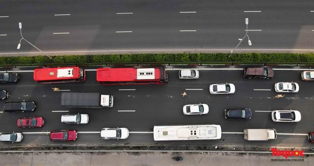 """CSGT Hà Nội lập """"hàng rào sống"""" phân luồng tránh tắc đường ở của ngõ Thủ đô - Ảnh 5."""
