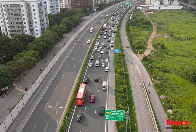 """CSGT Hà Nội lập """"hàng rào sống"""" phân luồng tránh tắc đường ở của ngõ Thủ đô - Ảnh 1."""
