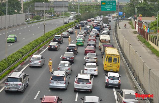 """CSGT Hà Nội lập """"hàng rào sống"""" phân luồng tránh tắc đường ở của ngõ Thủ đô - Ảnh 3."""