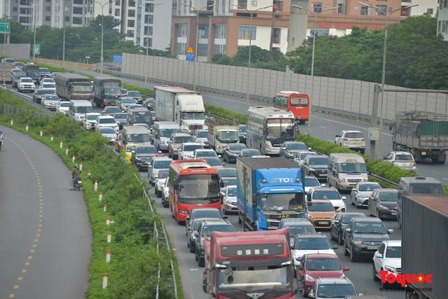 """CSGT Hà Nội lập """"hàng rào sống"""" phân luồng tránh tắc đường ở của ngõ Thủ đô - Ảnh 2."""