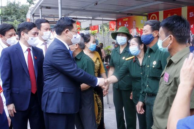 Chủ tịch Quốc hội Vương Đình Huệ kiểm tra công tác bầu cử tại tỉnh Hải Dương, huyện Đông Anh (Hà Nội) - Ảnh 2.