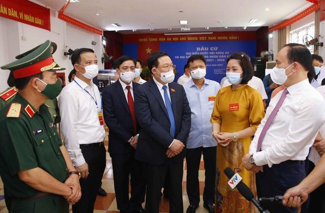 Chủ tịch Quốc hội Vương Đình Huệ kiểm tra công tác bầu cử tại tỉnh Hải Dương, huyện Đông Anh (Hà Nội) - Ảnh 3.