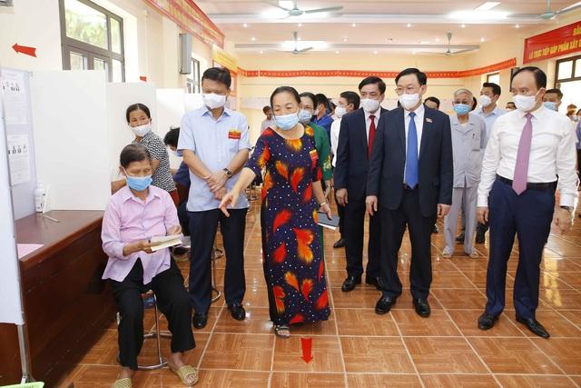 Chủ tịch Quốc hội Vương Đình Huệ kiểm tra công tác bầu cử tại tỉnh Hải Dương, huyện Đông Anh (Hà Nội) - Ảnh 4.